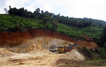 Xe vận tải lớn được huy động đưa đất hiếm đi tiêu thụ